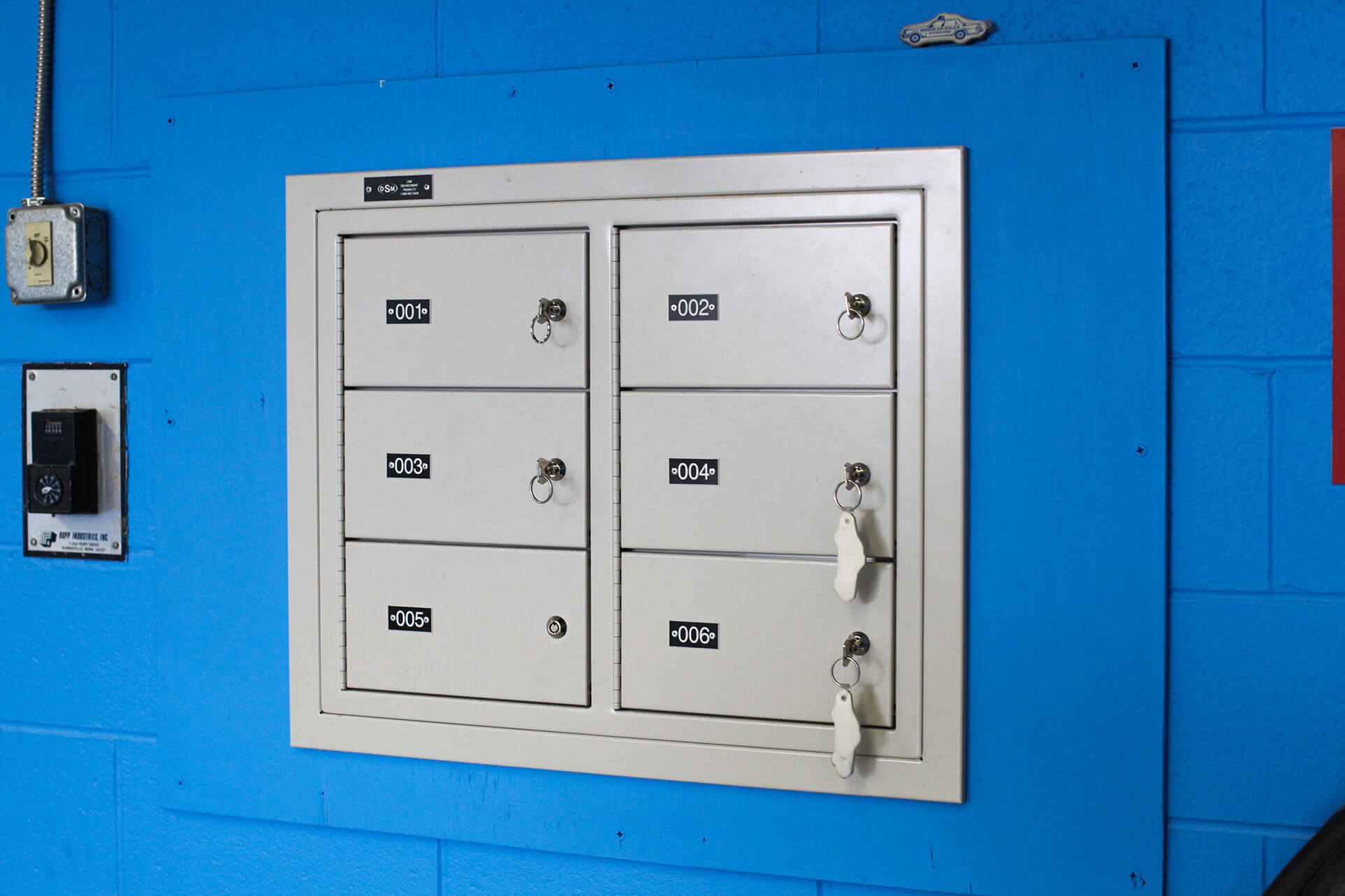 Six compartment wall mounted gun locker
